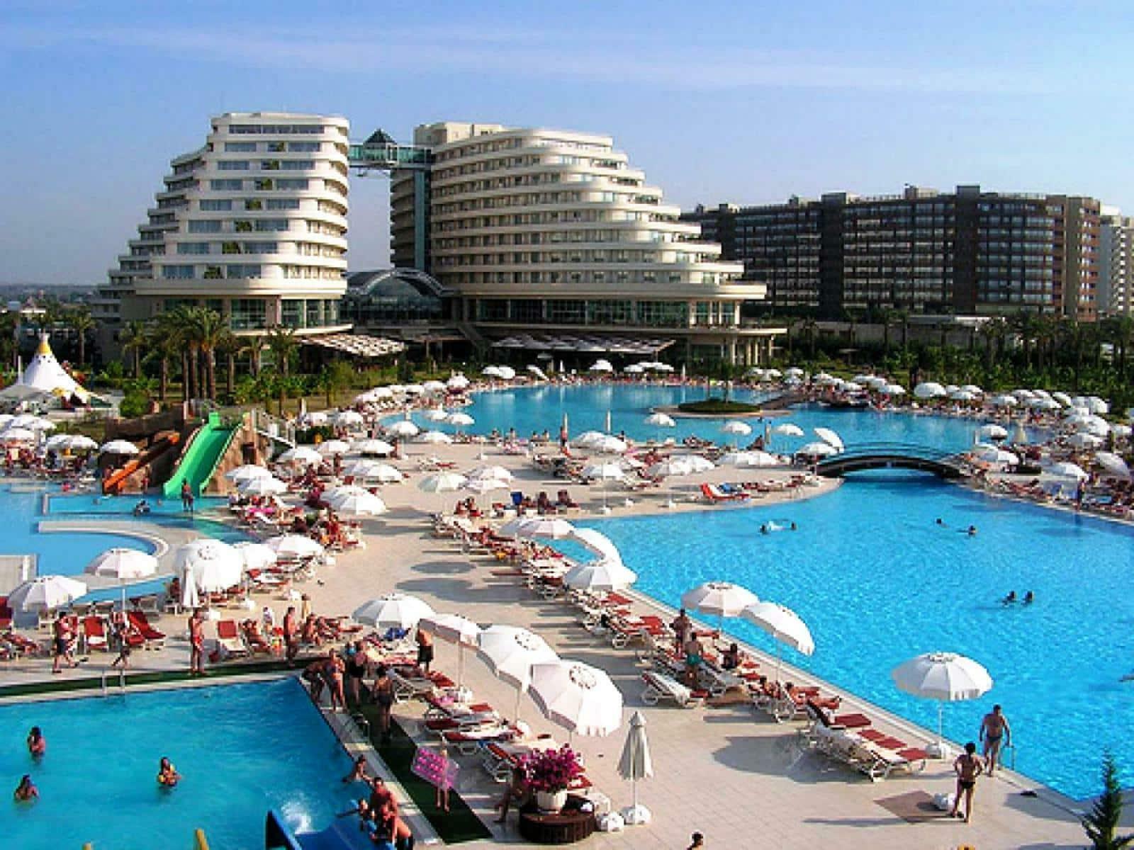 Один из отелей Антальи в июне